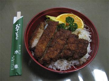 駒ヶ根駅前の水車のソースかつ丼(上)です。