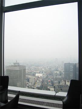 ニューヨークグリルから新宿駅南口方向を見ています。