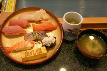 魚がし鮨の休日ランチセットです。